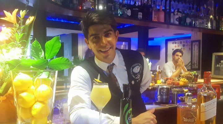 Alberto Pons amb el cóctel amb Oli de Mallorca Aperitiu a sa tafona