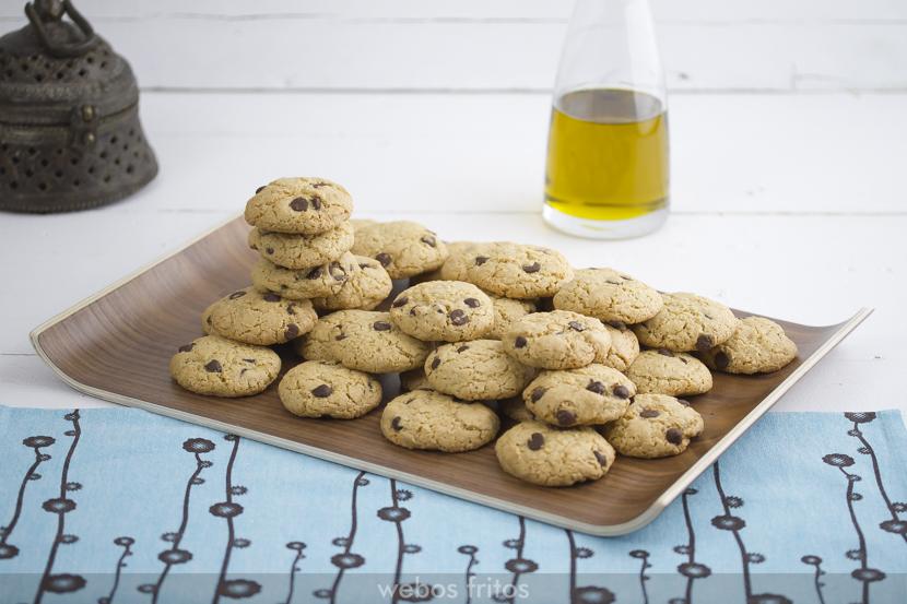 Hoy te presento una receta de cookies con aceite de oliva virgen extra, ideales para los que no podáis tomar mantequilla y os gusten las galletas de este tipo. Están muy ricas y son fáciles y manejables. Puedes dejar la masa en el frigorífico y hacerlas al día siguiente, o congelar la masa en bloque, sacarla, descongelarla, y darle forma en porciones individuales. Receta completa disponible en | Full recipe available at: webos fritos