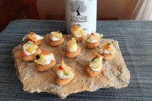 Bacalao con ensalada de calabacín y tomate sobre galletas de aceite